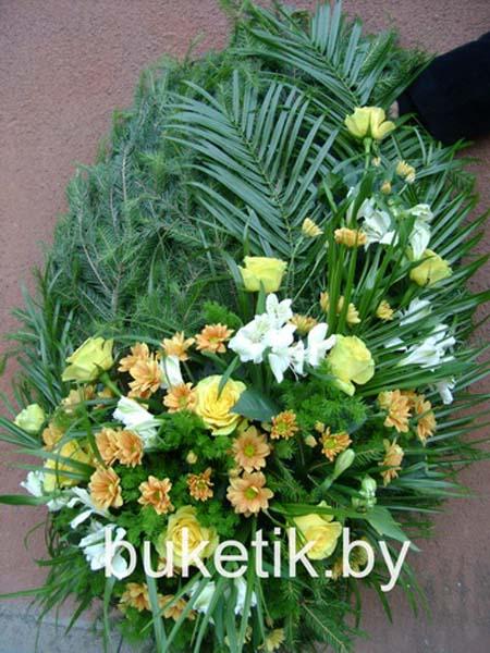 Траурный венок из роз и хризантемы