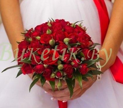 Свадебный букет из красной кустовой розы