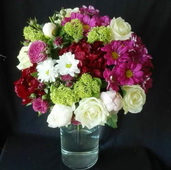 Букет с хризантемой и пионами