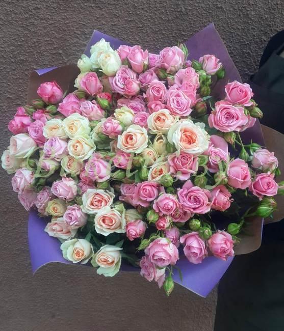 Букет из кремовой и розовой кустовой розы