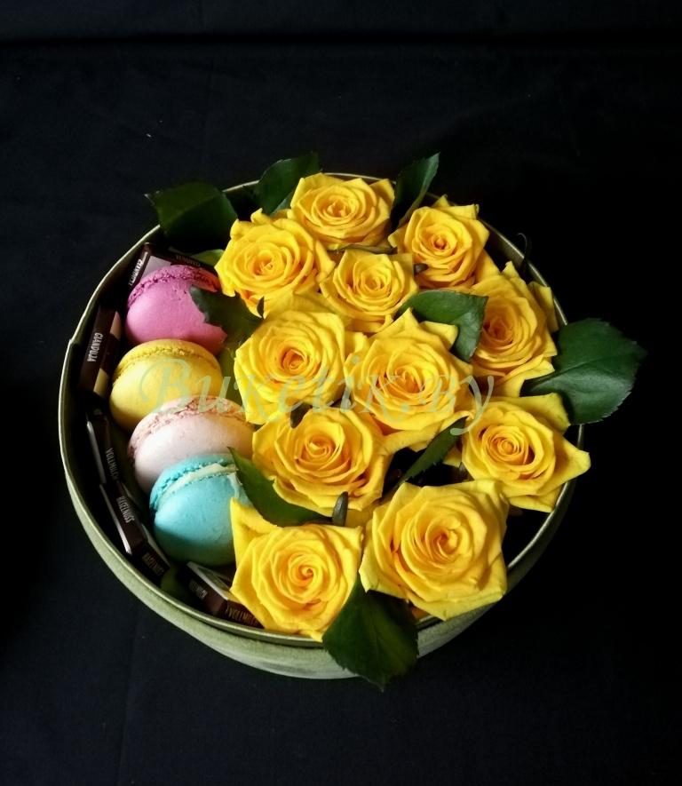 Коробка с желтыми розами и \'Макаронами\'