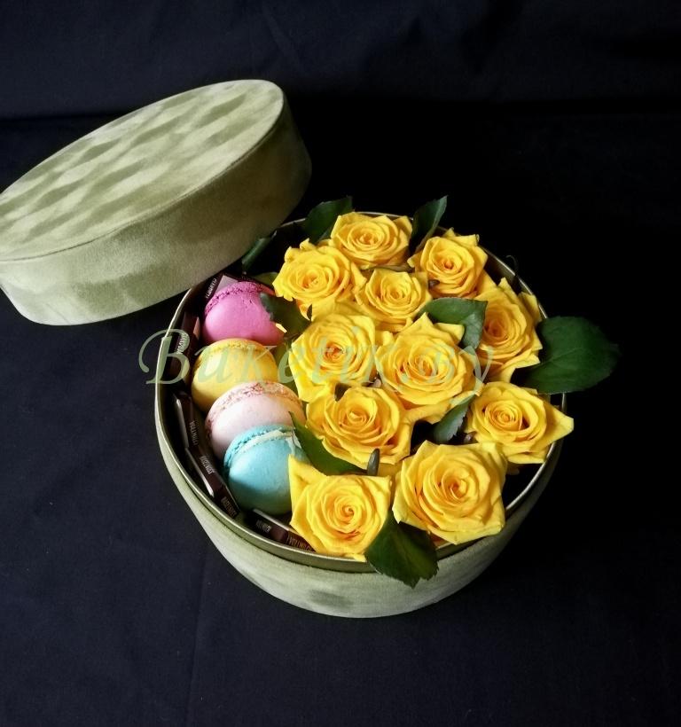 Коробка с желтыми розами и 'Макаронами'