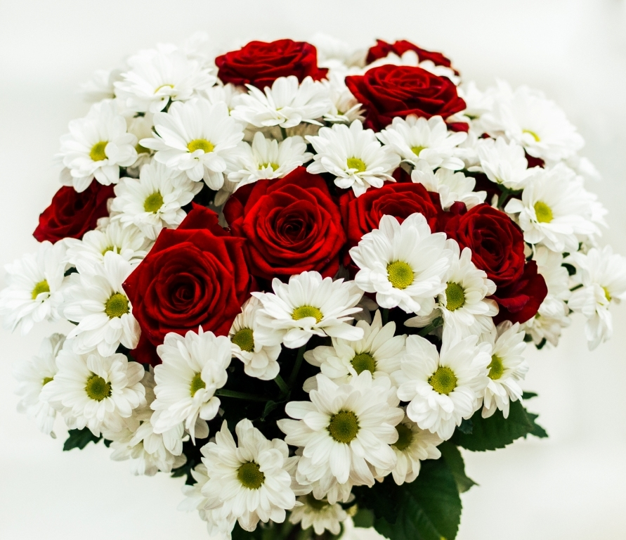 Букет из ромашковидной хризантемы и розы