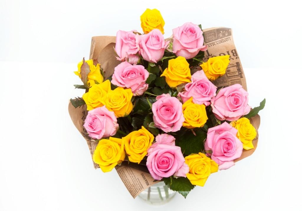 Микс из желтых и розовых роз
