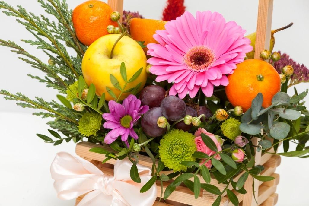 Ящик с герберой и фруктами