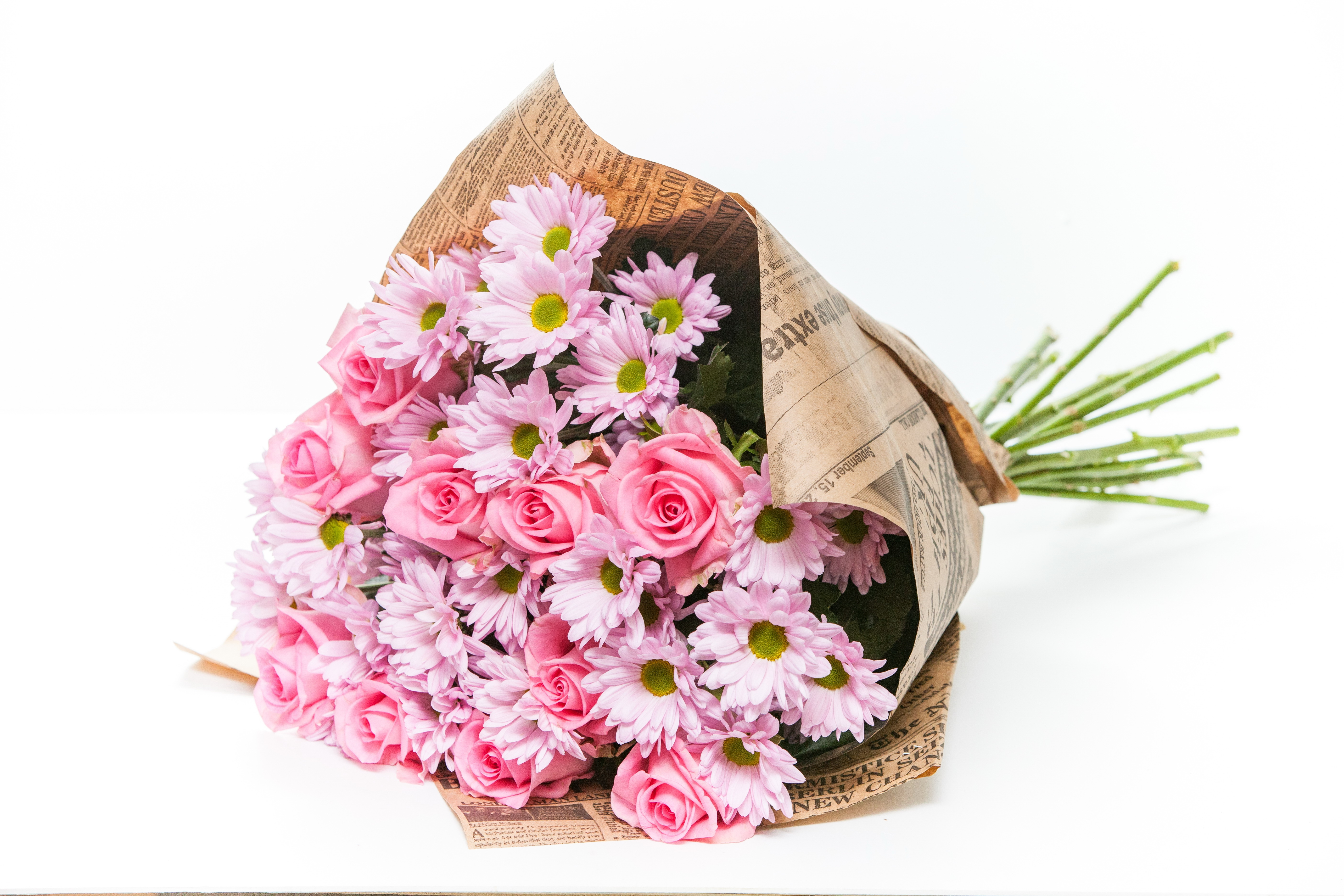 Букет с розовой розой и хризантемой