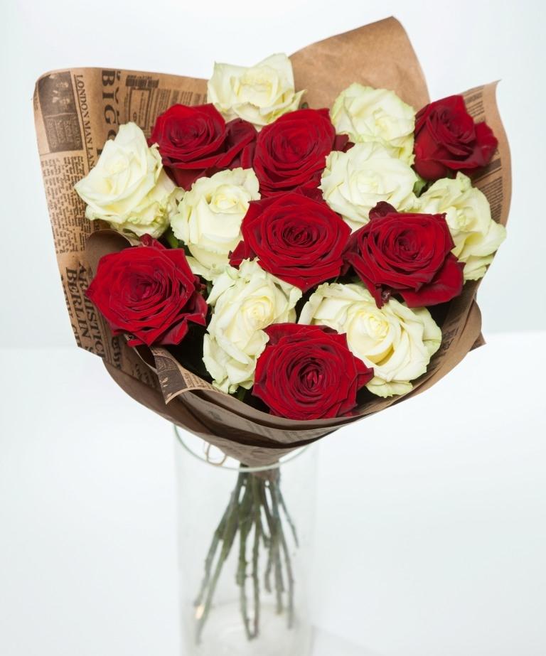 Микс красных и белых роз в крафте