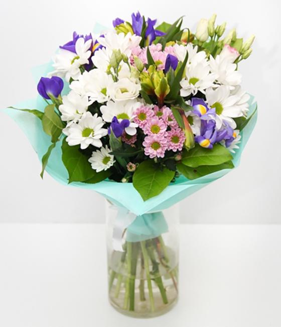 Букет с ирисами и хризантемой