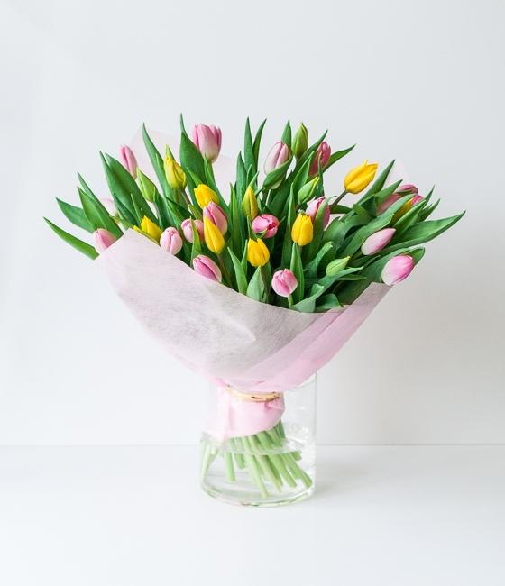 Микс желтых и розовых тюльпанов