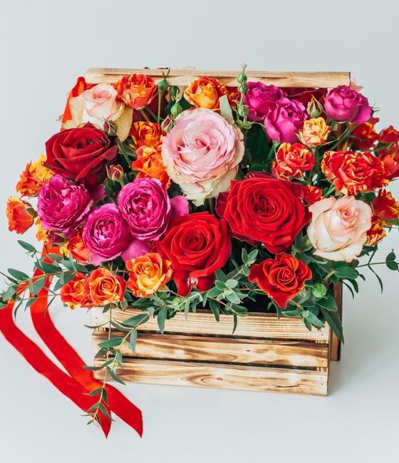 Композиция из роз в деревянном кашпо