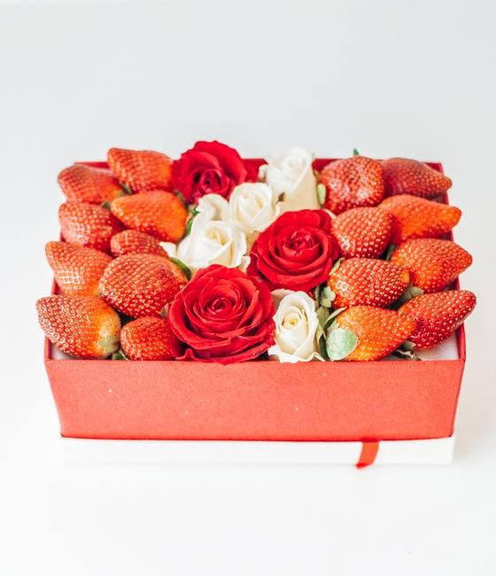 Композиция с розами и клубникой