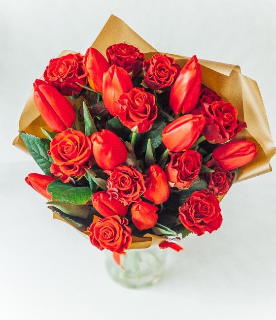 Букет из роз с тюльпанами