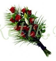 Траурный букет из роз и белых лилий