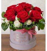 Стильная коробка с бордовыми розами